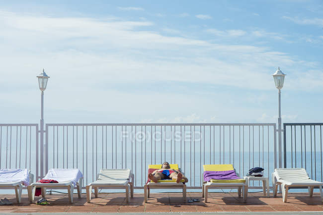 Tourist lying on sun bed of a hotel — Stock Photo