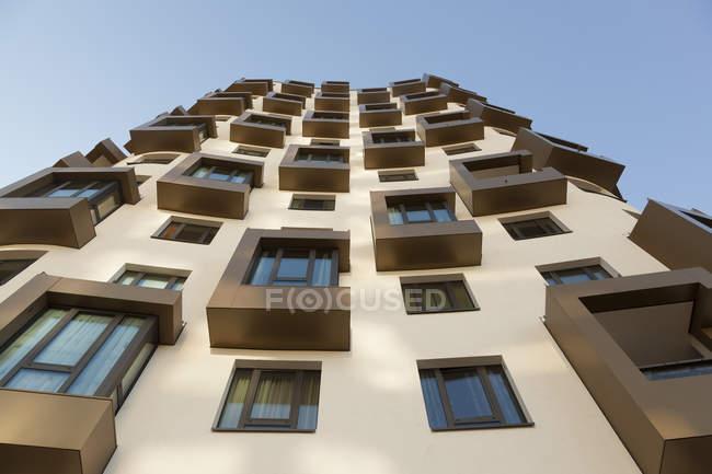 Fachada de modernos rascacielos - foto de stock