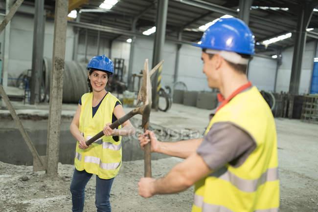 Працівників playfighting з лопатами — стокове фото