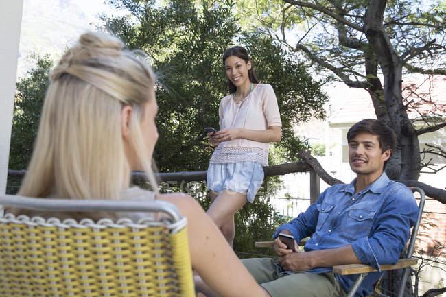 Amigos com celulares na varanda — Fotografia de Stock