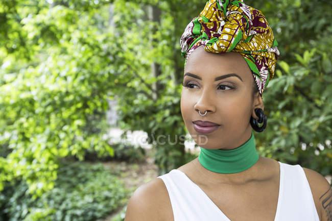 Retrato de mujer joven con piercings - foto de stock