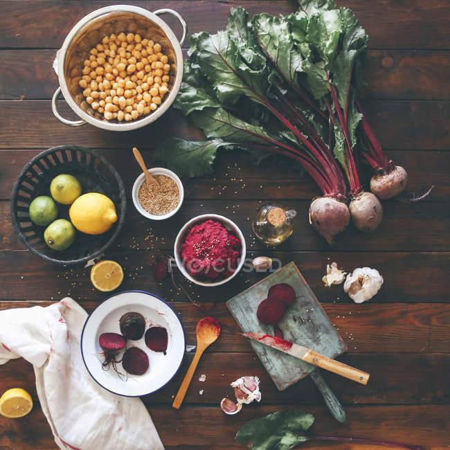 Schüssel mit Rote-Bete-Hummus und Zutaten — Stockfoto