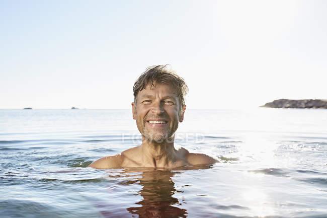 Человек купается в море — стоковое фото
