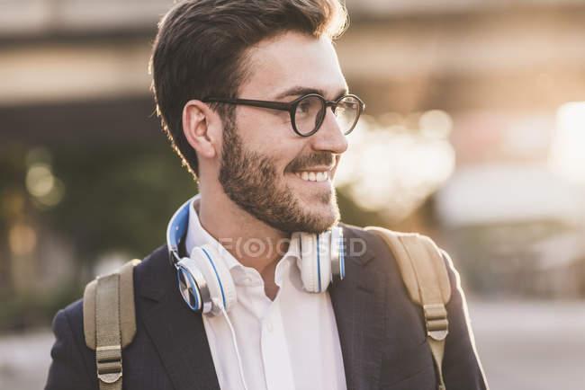 Усміхнений чоловік дивиться вбік — стокове фото