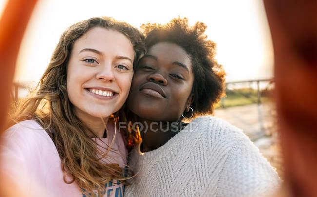 Meilleurs amis prenant Selfie — Photo de stock