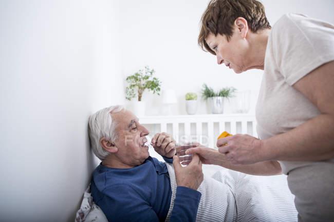 Cuidar del marido enfermo de la esposa - foto de stock