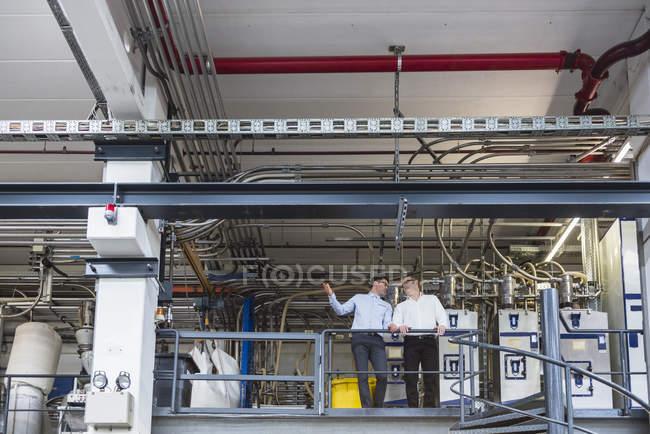 Чоловіків стоячи на заводі — стокове фото
