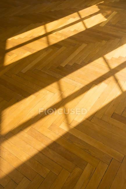 Schatten und Licht auf Parkett — Stockfoto
