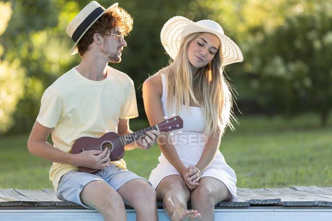 Uomo giocare ukulele per la sua ragazza — Foto stock
