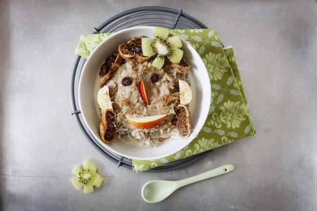 Tazón de fuente de gachas de avena con manzana - foto de stock