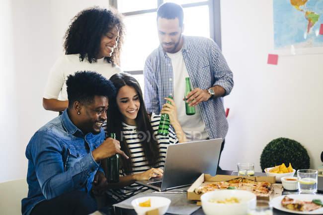 Friends sharing laptop — Stock Photo