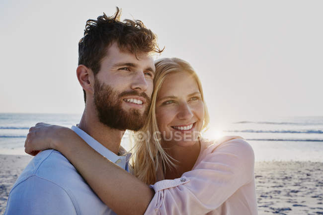 Smiling couple on beach — Stock Photo