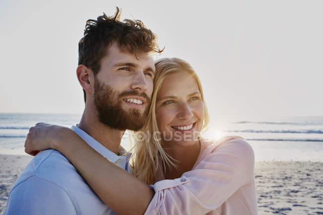 Smiling couple on beach — Stock Photo