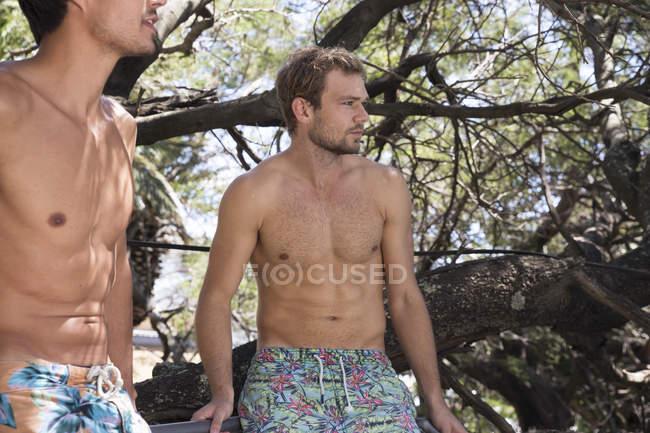 Homens em calções de banho ao ar livre — Fotografia de Stock