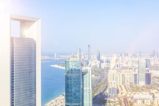 EAU, horizon d'Abu Dhabi au bord de l'eau — Photo de stock