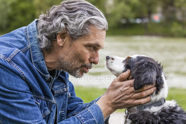 Uomo che parla con il cane — Foto stock