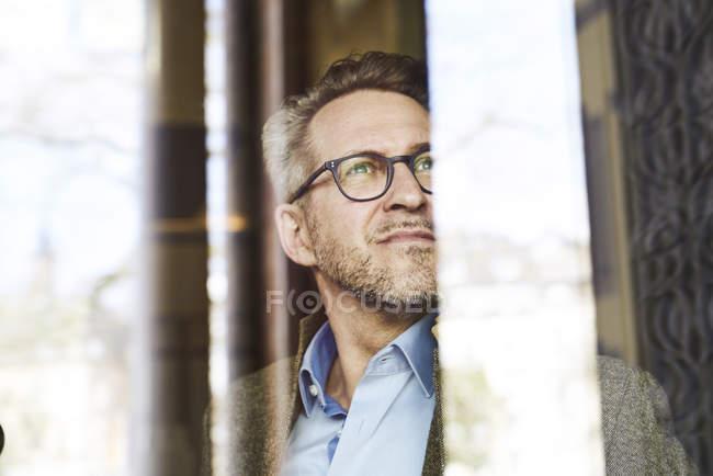 Замислений бізнесмен дивиться вбік — стокове фото