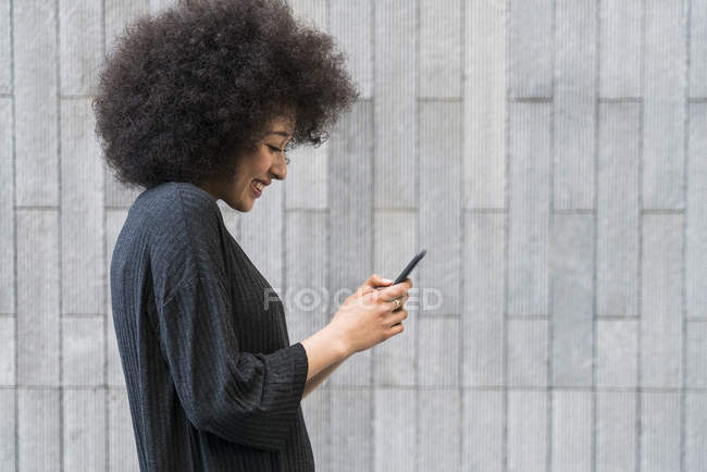 Жінка дивиться на смартфон — стокове фото