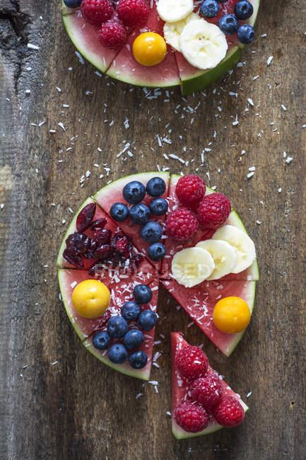 Кавун кекс гарнір з різних фруктів — стокове фото