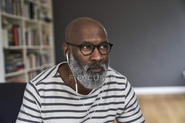 Retrato de hombre maduro con auriculares - foto de stock
