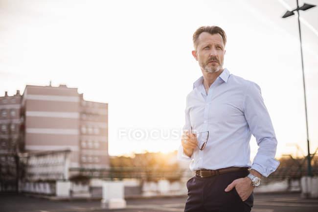 Бізнесмен, дивлячись на відстань — стокове фото