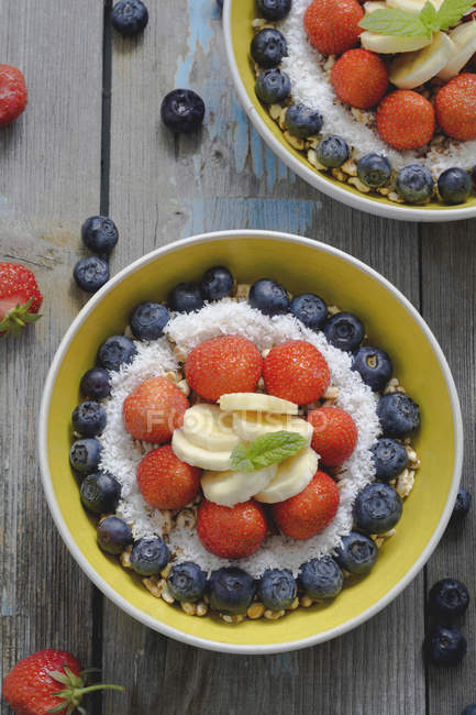 Bowl of spelt pops with berries — Stock Photo