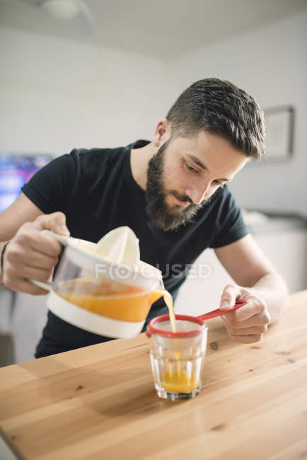 Man making orange juice — Stock Photo
