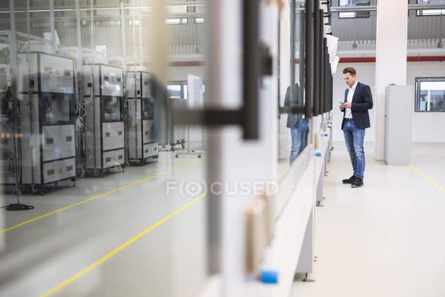 Человек на фабрике — стоковое фото