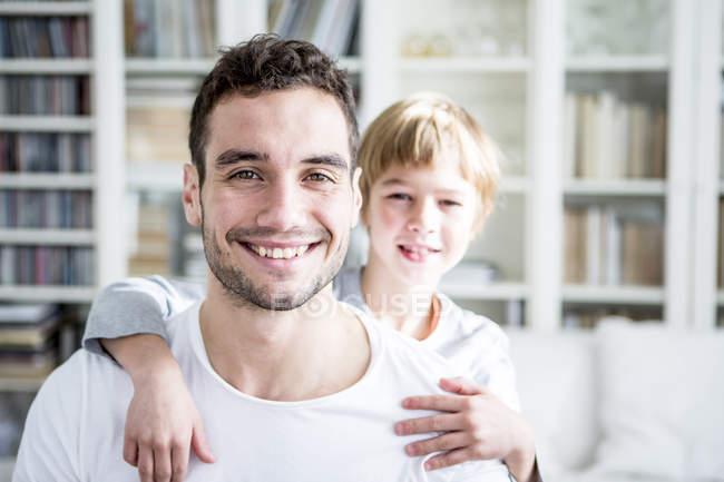 Усміхаючись, батько і син в домашніх умовах — стокове фото