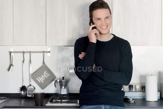 Улыбающийся мужчина по телефону — стоковое фото