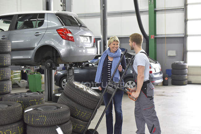 Auto Mechaniker stehend mit client — Stockfoto