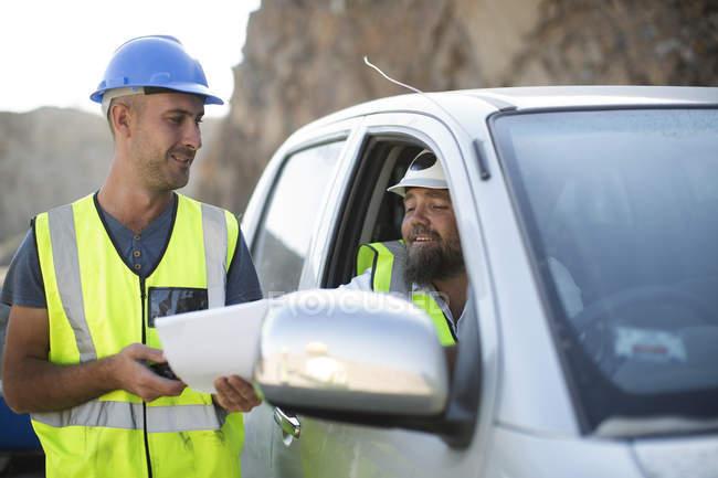 Trabajador entrega documentos - foto de stock