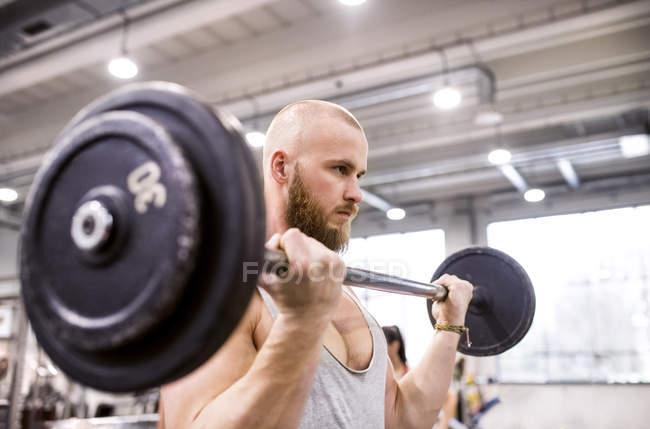 Mann im Fitnessstudio Gewichte zu heben — Stockfoto