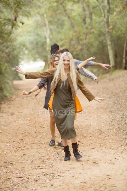 Друзів на шляху в лісі — стокове фото