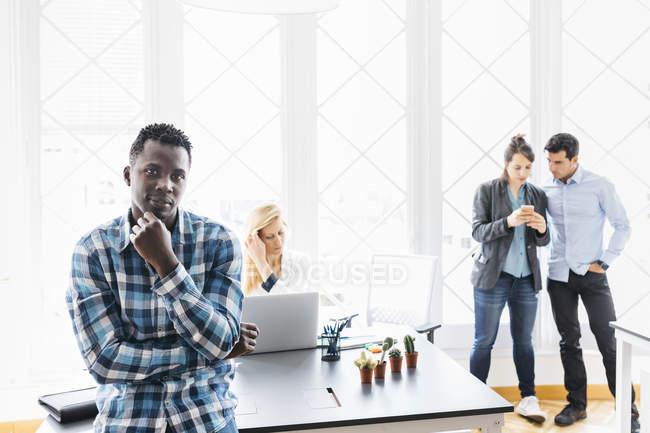 Team arbeitet im Büro zusammen — Stockfoto