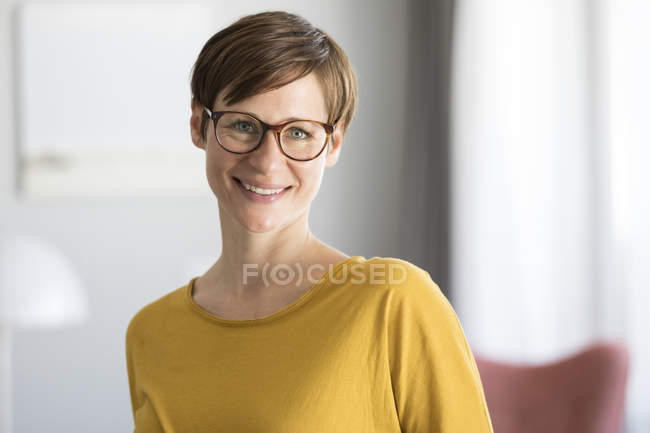 Mulher sorridente usando óculos — Fotografia de Stock