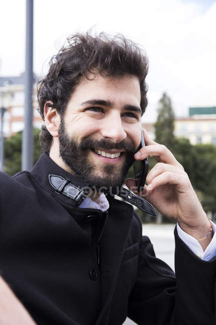 Man using cell phone — Stock Photo