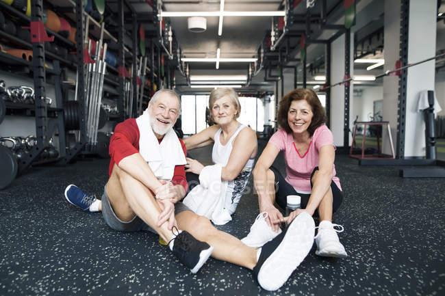 Fit людей похилого віку, відпочиваючи в тренажерний зал — стокове фото