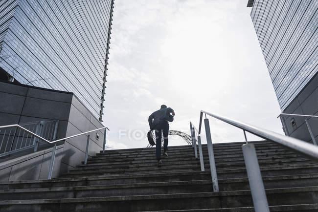 Homme d'affaires en cours d'exécution à l'étage — Photo de stock