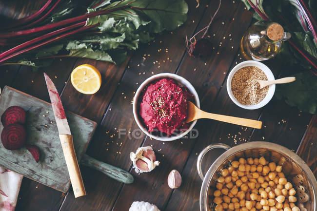 Tigela de Hummus de beterraba — Fotografia de Stock