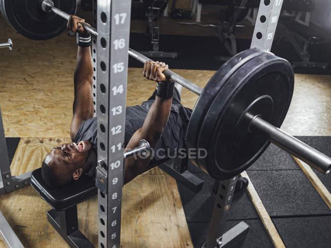 Спортсмен у тренажерному залі, робить важка атлетика — Stock Photo