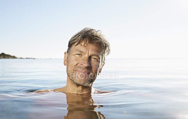 Man bathing in sea — Stock Photo