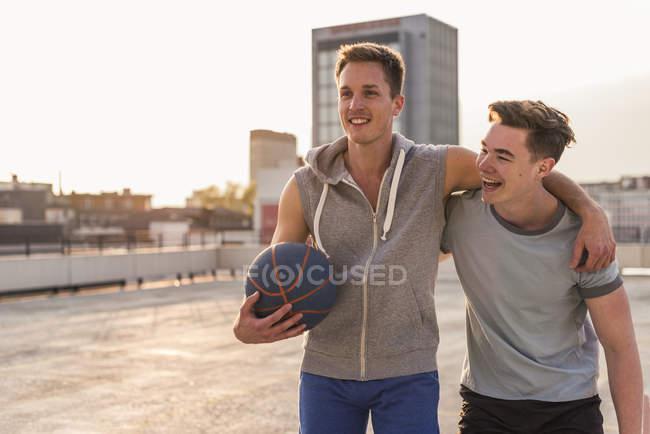 Amigos jugando baloncesto - foto de stock