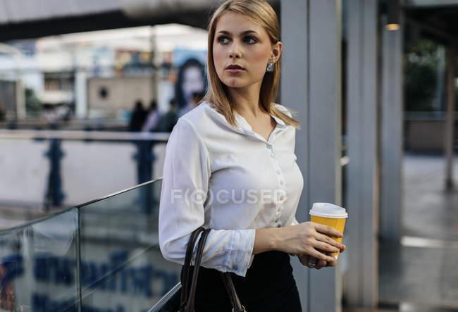 Бизнесвумен с чашкой кофе — стоковое фото