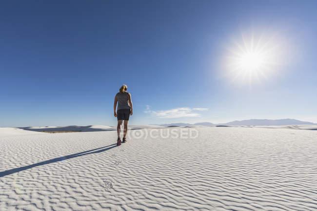 Femme randonnée sur dune — Photo de stock