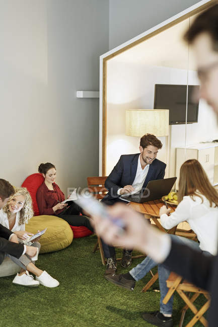 Неформальна зустріч в офісі — Stock Photo