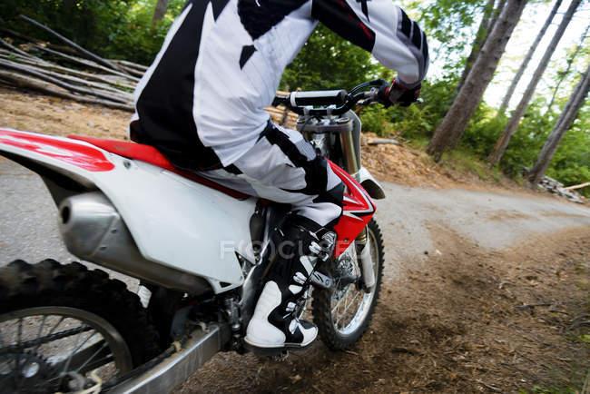 Motocross biker rinding — Stock Photo