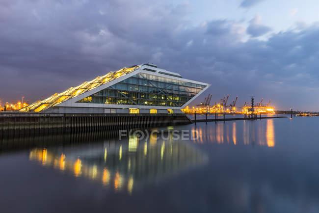 Bürohaus Dockland am Hafen — Stockfoto
