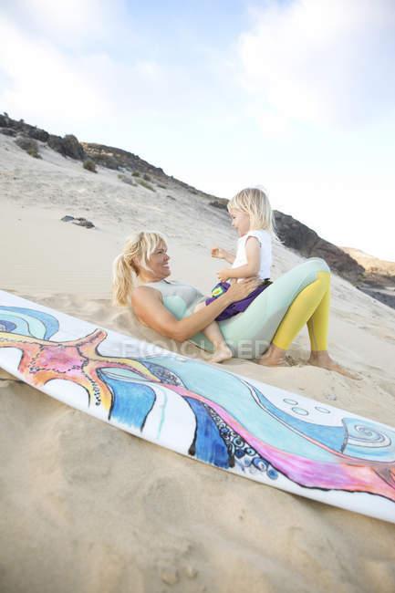 Мать и дочь на пляже — стоковое фото