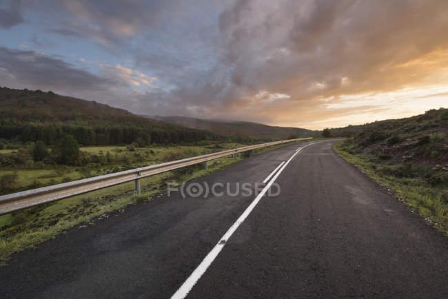 Захід сонця на гірській дорозі — стокове фото